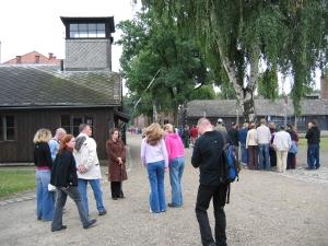 Auschwitz. Oppaan johdolla pääsisäänkäynnin luona.