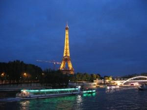 Eiffel iltavalaistuksessa