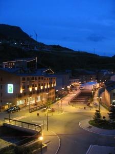 Andorraa iltavalaistuksessa hotellin ikkunasta kuvattuna