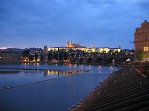 Praha iltavalaistuksessa