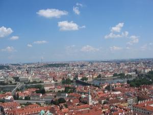 Prahaa kattojen yläpuolelta