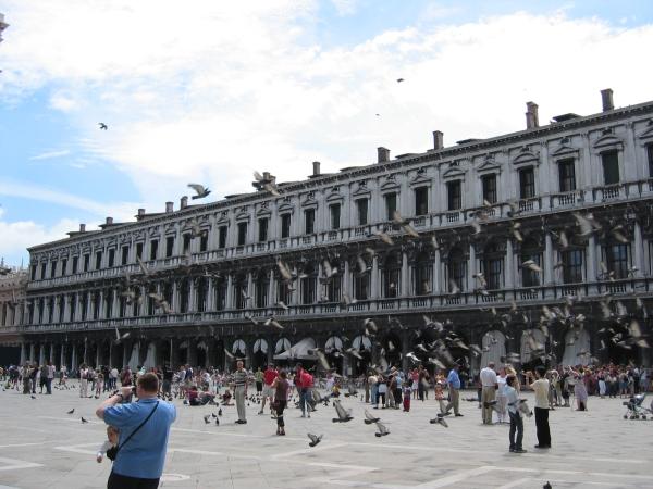 """""""Halpoja"""" kahviloita Piazza San Marcolla. Eka kuppi 20€. Santsikuppi vähän vähemmän."""