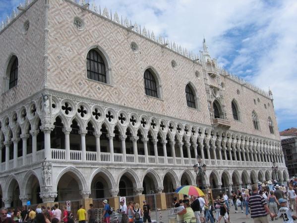 Dodgen palatsi jonka eka versio valmistu v. 814 ja tämä nykyinen versio v. 1419