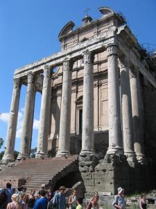 Forum Romanum: Antoniuksen ja Faustinan temppeli v. 41 jKr
