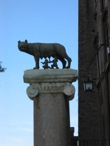 Rooman perustajat Romulus ja Remus ja heitä imettävä naarassusi. Ja Roomahan perustettiin v 753 eKr.