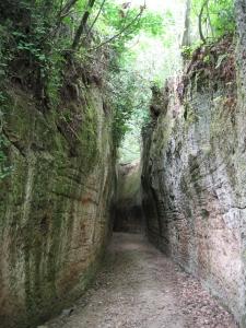 Etruskien kaivamia maanalaisia teitä