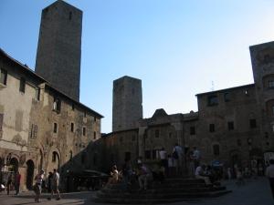 """Piazza dealla Cistema ja keskellä kivikaivo vuodelta 1237. Tuttu elokuvasta """"Teetä Mussolinin seurassa"""""""