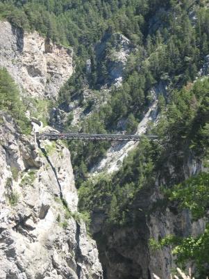 Matkan varrelta bongattu silta
