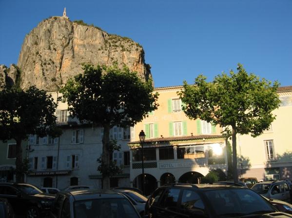 Castellanen hotelli ja huipulla näkyvä kirkko johon kapusimme seuraavana päivänä