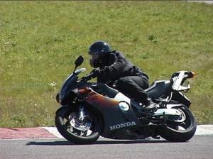 Honda CBR 600, monipuolinen mopo joka taipui kaikkeen. Motopark v. 2002