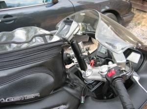 """Tomtom Rider Rammountin 5,25 """" varressa kiinni sekä Bagsterin tankkinahka ja -laukku."""