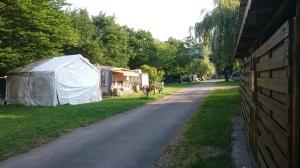 Camping Haide  Parhaat päivät takana ja osa rakennelmista toi mieleen mustalaisleirin.
