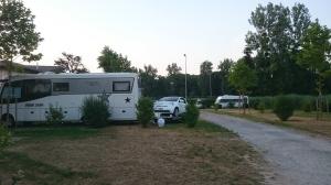 Matkailuvaunu, traileri moverilla ja Toyota iQ... Oma vaatimaton yhdistelmämme takana taustalla.