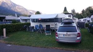 Aaregg Familiencampingplatz - tiukasti mitoiteutut ruudut.  Itse asiassa pakettimme on jo reilun puolimetriä naapurin puolella...
