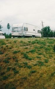 Solifer Turussa caravanliikkeen pihassa odottamassa parsimista