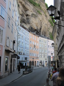 Salzburg - kerrostalot rajoittuvat toiselta sivultaan kallioseinämään