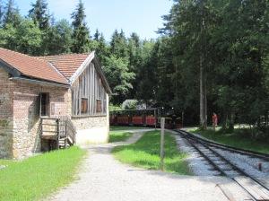 Salzburger Freilicht Museum - alueen kiertävä juna saapumassa asemalle