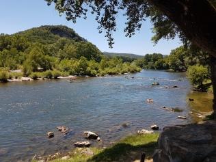 Joki leirintäalueen rannalta - meillä melominen jäi seuraavaan kertaan