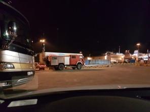 Kalustoa laidasta laitaan: entisestä paloautosta tehty matkailuajoneuvo ja vasemmassa kulmassa näkyvä on Monaco Cayman...
