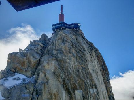 Aiguille du Midi - lasikoppi rakennuksen oikealla puolella