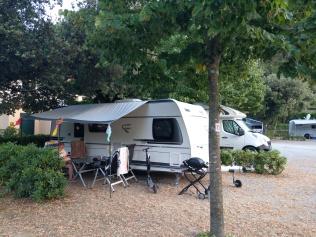 Camping Valdeivan tiiviisti mitoitetut paikat